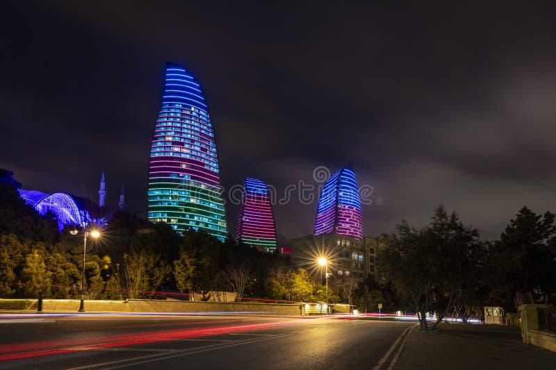 Tours de flamme dans la nuit de Bakou images libres de droits