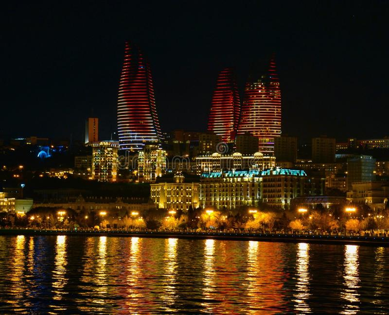 Tours de flamme en Baku Azerbaijan images libres de droits