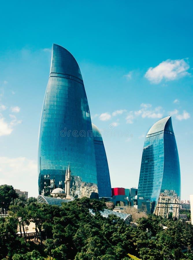 Tours de flamme et les minarets de la vieille mosquée à Bakou, Azerbaïdjan photo libre de droits