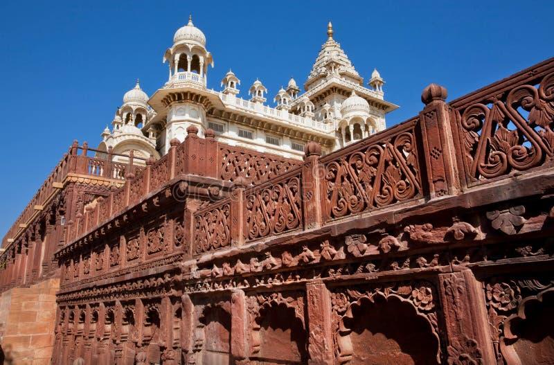 Tours de marbre du palais indien antique avec un mur modelé images stock