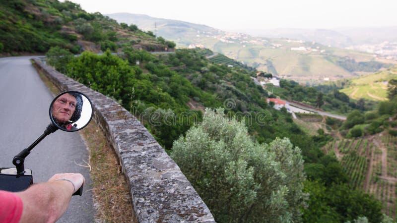 Tours de motocycliste sur une route serpentine de la vallée de Douro, Porto photos stock