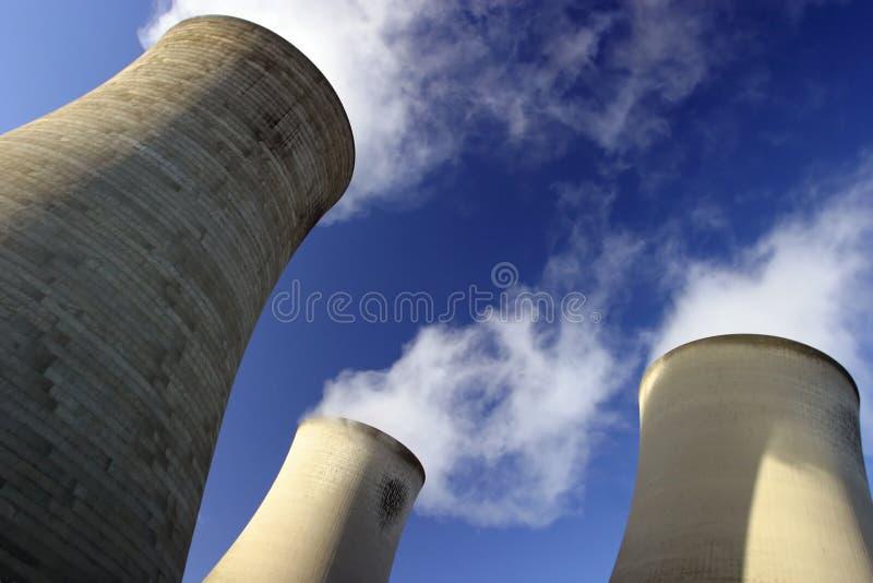 Tours de refroidissement, centrale électrique image stock