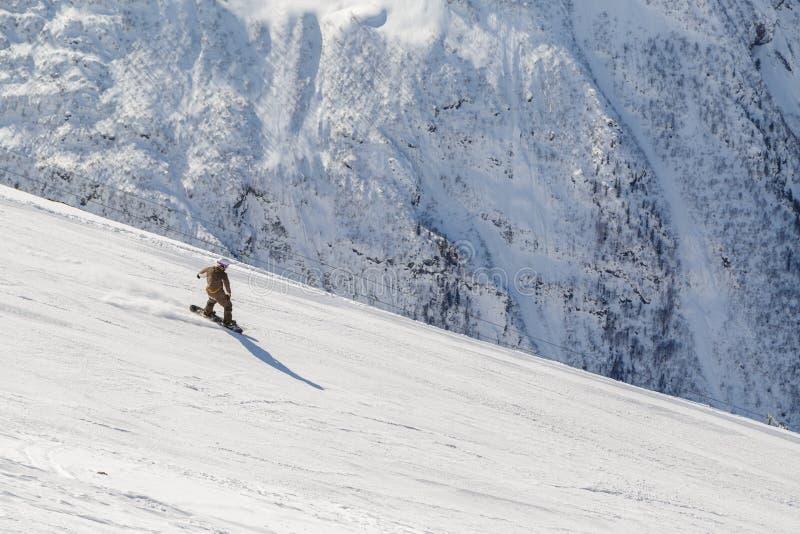 Tours de surfeur sur une pente raide de ski un jour ensoleillé d'hiver photo stock
