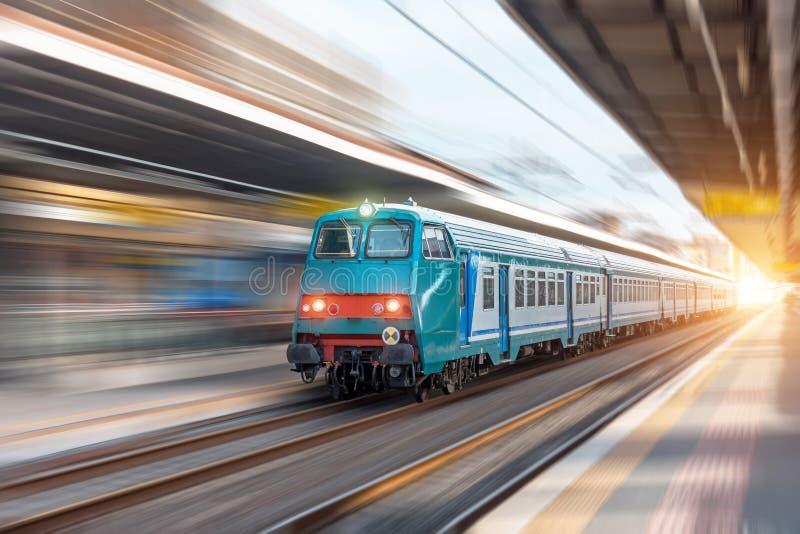 Tours de train suburbain dans la ville à la station de passager photographie stock libre de droits