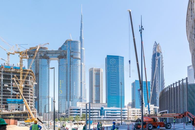Tours de ville de Dubaï et points de repère - tour de Burj Khalifa - chantier et grues de construction photos libres de droits