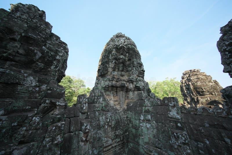 Tours de visage de Bodhisattva vues de la terrasse supérieure de Bayon, Angkor Thom, Siem Reap photographie stock