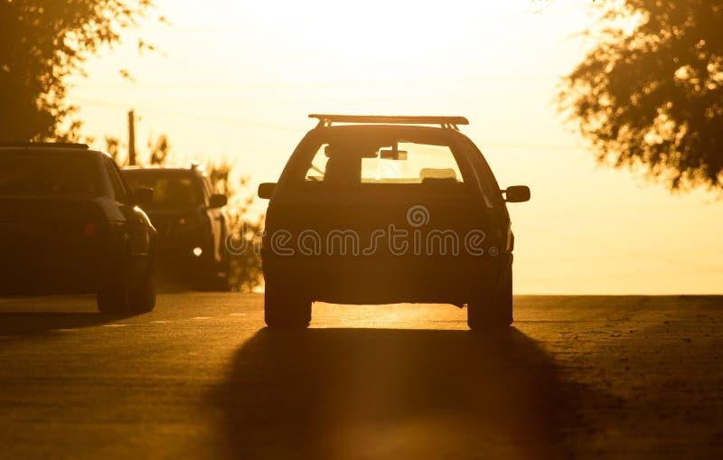 Tours de voiture sur la route au coucher du soleil photos libres de droits