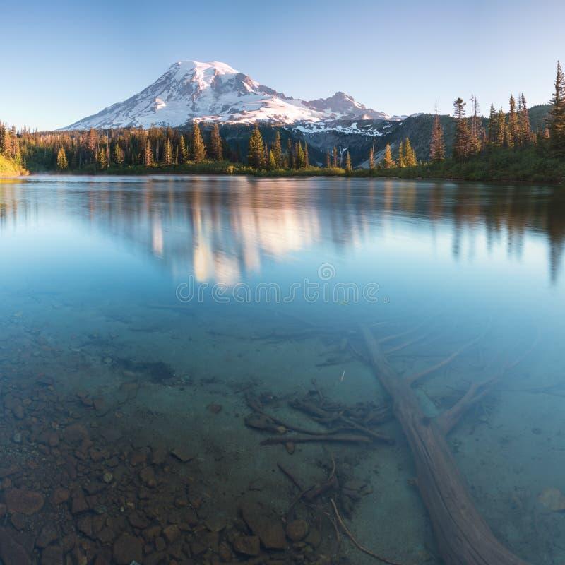 """Tours du mont Rainier au-dessus des montagnes environnantes se reposant à une altitude de 14 411 pi On le considère un du monde """" photographie stock libre de droits"""