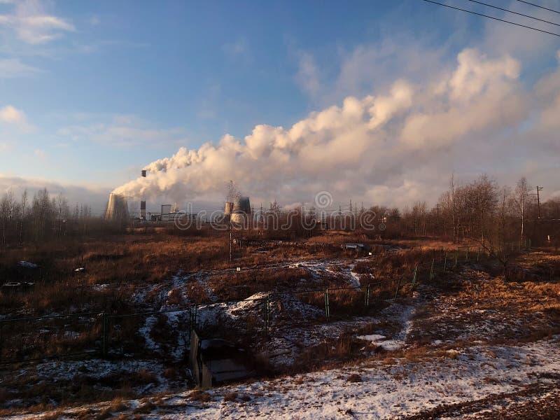 Tours en pierre avec la vapeur dans le domaine de la Russie photos stock