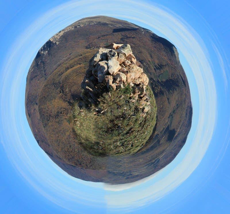 Tours en pierre de roche au-dessus du paysage Panorama sphérique photos stock