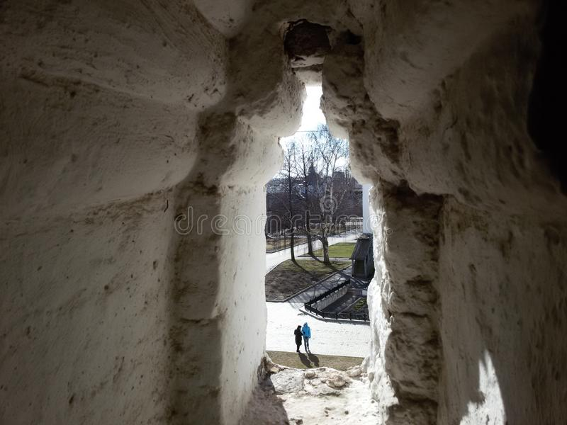 Tours et éléments architecturaux de Kremlin antique sur le fond de la vue supérieure de la ville, située sur les banques de image stock