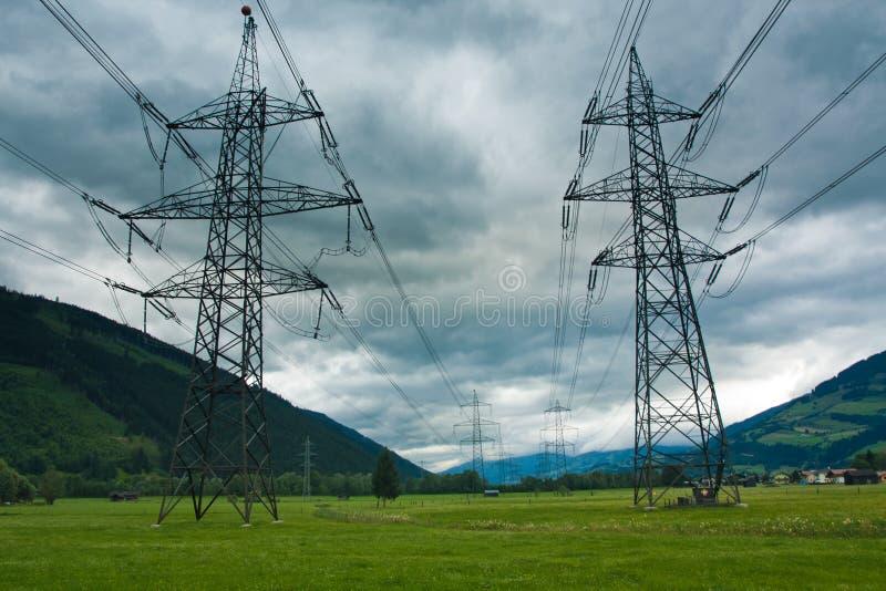Tours et cabels de l'électricité sur le fond de nuage image libre de droits