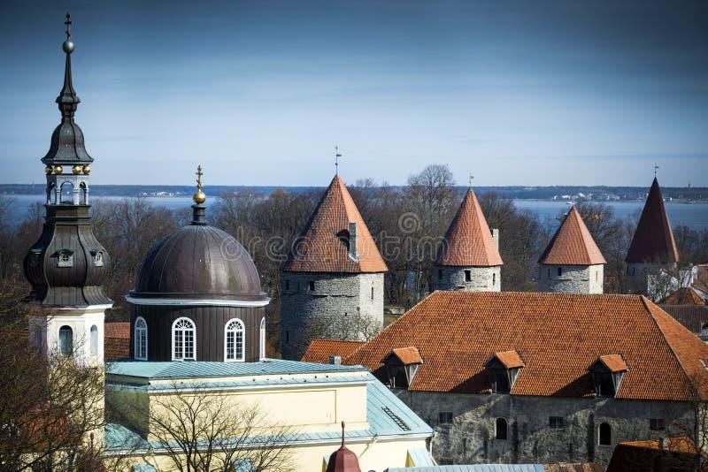 Tours et flèches dans la vieille ville médiévale de Tallinn photos libres de droits
