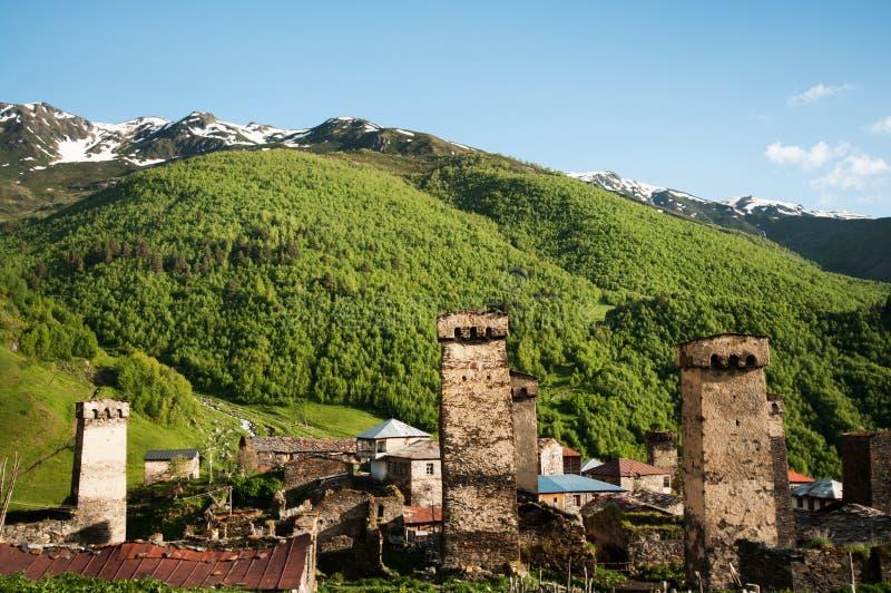 Tours et huttes historiques dans le village de montagne. photos libres de droits