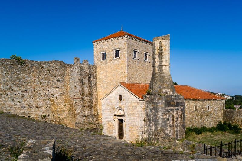 Tours et murs forteresse de ville d'Ulcinj de vieille photos stock