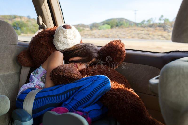 Tours fatigués de petite fille à travers le désert de sud-ouest en mer de propulseur image stock