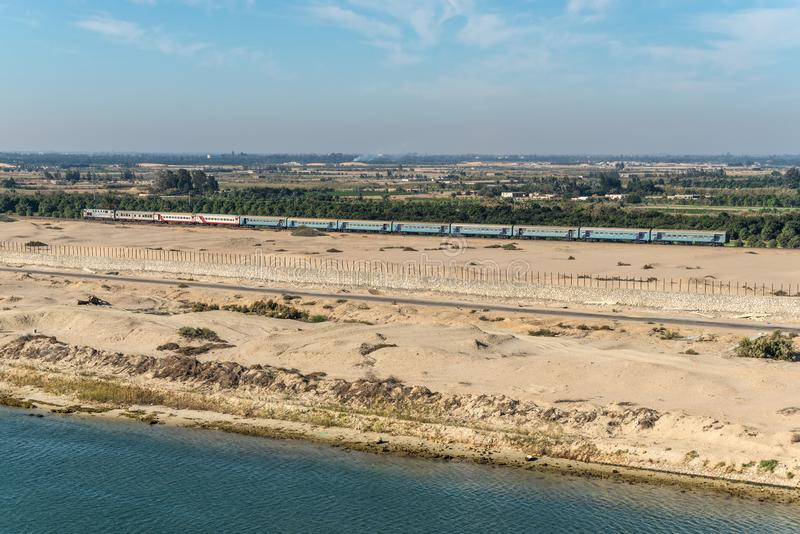 Tours ferroviaires de train le long du canal de Suez, Egypte, Afrique photo libre de droits