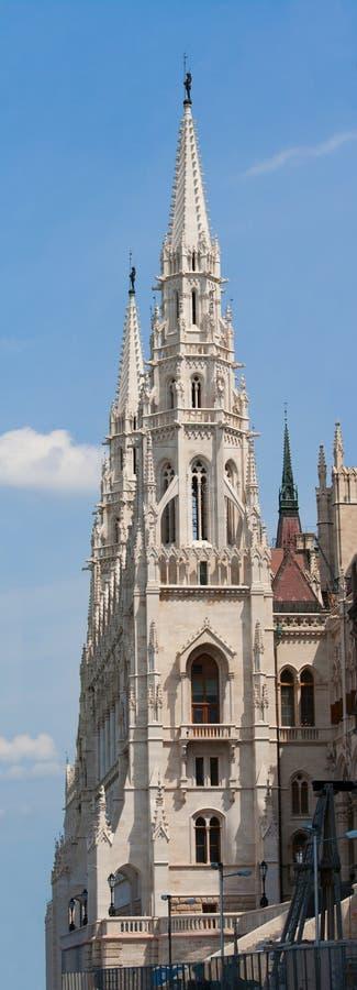Tours gothiques de Steeple du Parlement de Hungariuan photographie stock libre de droits