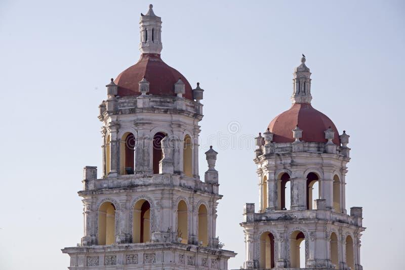 Tours jumelles d'une église de Puebla images stock