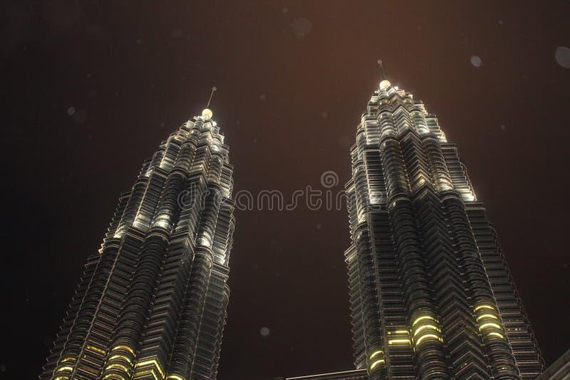 Tours jumelles de Petronas dans la nuit pluvieuse image stock