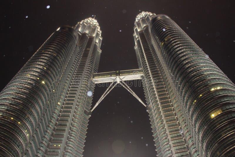 Tours jumelles de Petronas dans la nuit pluvieuse photographie stock libre de droits