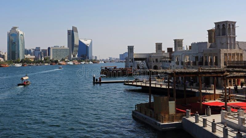 Tours jumelles et Dubai Creek de Deira avec des bateaux, Emirats Arabes Unis photos libres de droits