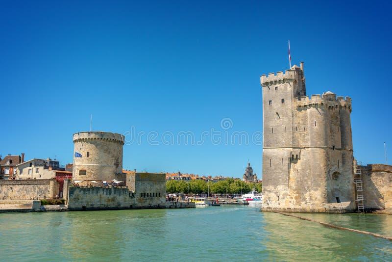 Tours médiévales à l'entrée du port de La Rochelle, France photo stock