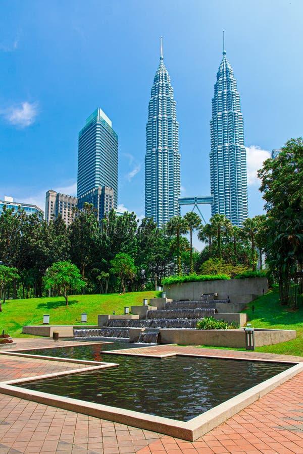 Tours Petronas entourées de forêts tropicales et pluviales image stock