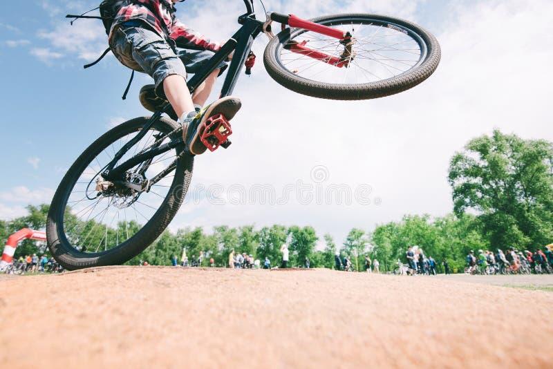 Tours sur le vélo le jeune homme saute sur un vélo de montagne Concept de recyclage de sports photographie stock libre de droits