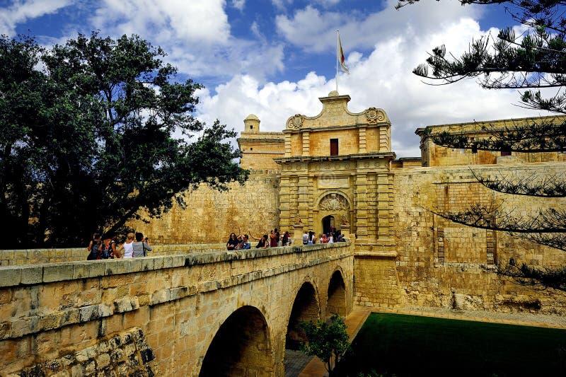 Toursits i goście krzyżuje most w izolującego miasto Mdina zdjęcie royalty free