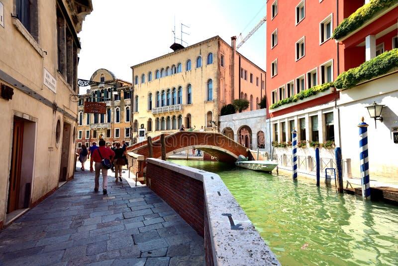Download Toursits i kanał Wenecja zdjęcie editorial. Obraz złożonej z woda - 106923866