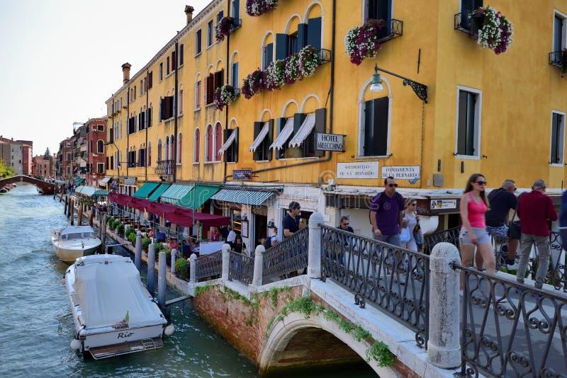 Download Toursits i kanał Wenecja obraz editorial. Obraz złożonej z łodzie - 106923925