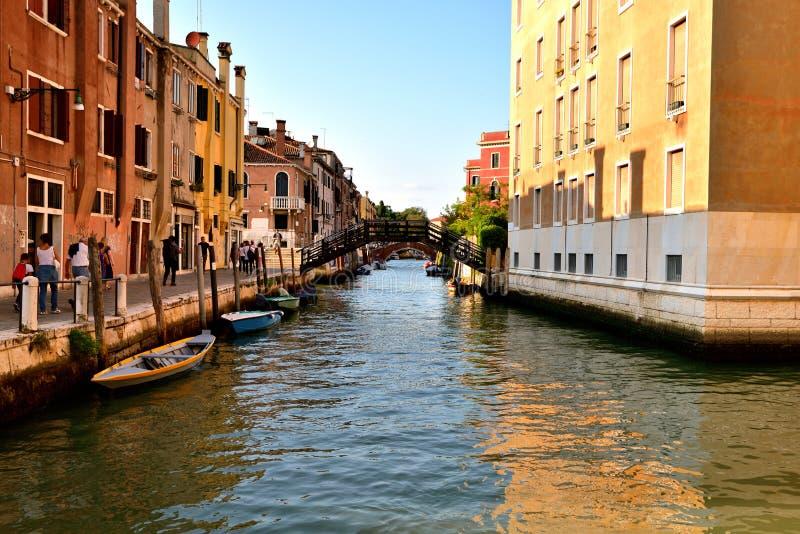 Download Toursits i kanał Wenecja fotografia editorial. Obraz złożonej z turyści - 106923927