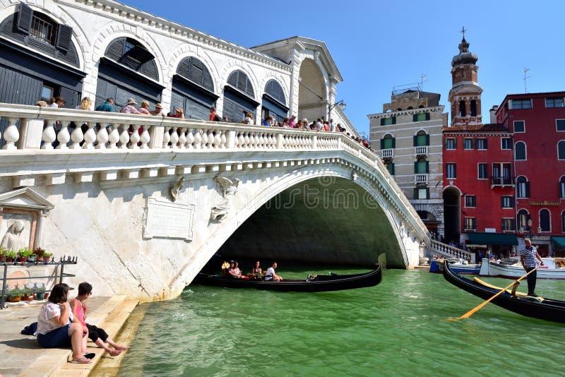 Toursits and the Ponte di Rialto stock photos
