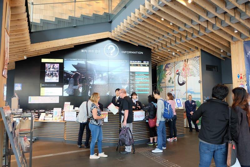 Toursts no centro de informações turísticas da cultura de Asakusa fotos de stock royalty free