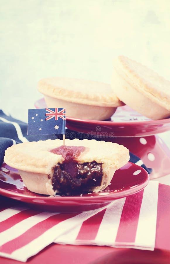 Tourtes à la viande australiennes traditionnelles, avec le filtre appliqué de lavage de cru photo stock