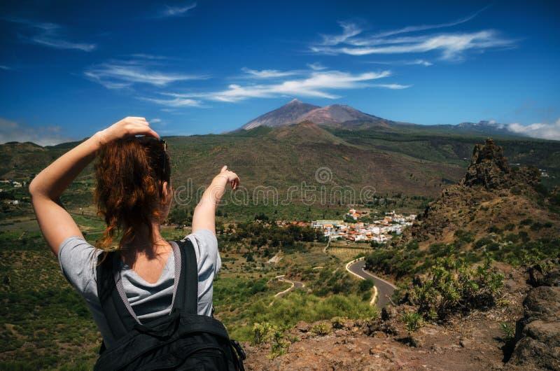 Tourust com uma trouxa indica à mão o pico do vulcão de Teide, Tenerife, Ilhas Canárias, Espanha fotos de stock royalty free