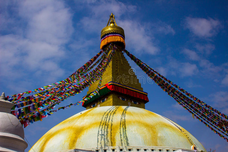 tout le boudhanath Bouddha observe l'hémisphère d'or géant Katmandou Népal de plan voyant le premier blanc de plus petit stupa de images libres de droits