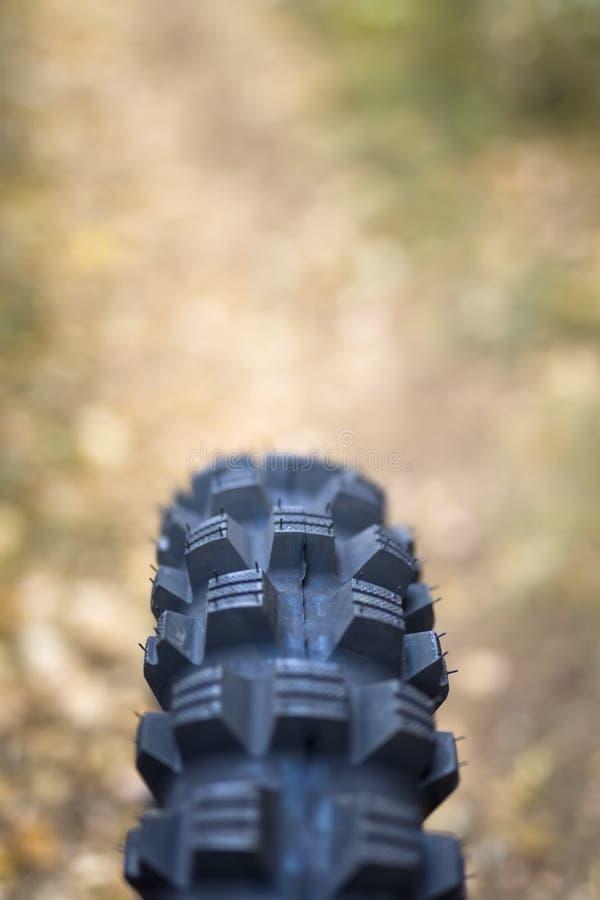 Tout le pneu de vélo de terrain photographie stock libre de droits