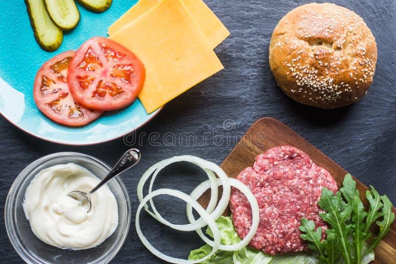 Tout que vous avez besoin pour un bon hamburger photographie stock libre de droits