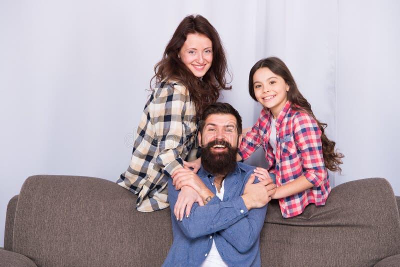 Toutes les routes mène à la maison La petite fille aiment sa mère et père à la maison Père, mère et enfant à la maison Jour de fa images stock