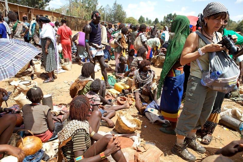 Mercado y turista africanos foto de archivo
