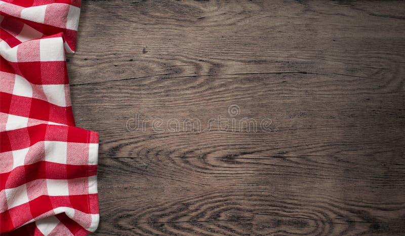 Tovaglia di picnic sulla vecchia vista di legno del piano d'appoggio fotografia stock