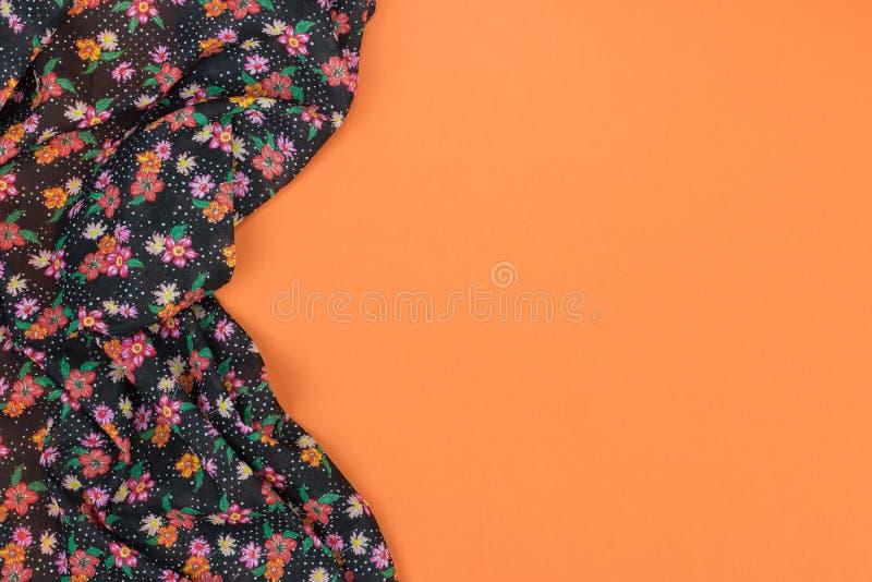 Tovaglia floreale del modello su fondo arancio vuoto Vista superiore w immagini stock libere da diritti