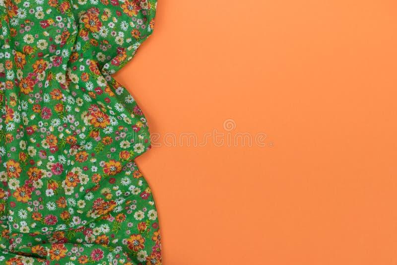 Tovaglia floreale del modello su fondo arancio vuoto Vista superiore w fotografia stock