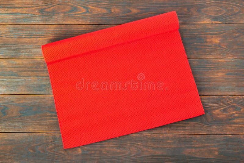 Tovaglia rossa di natale del tessuto sulla tavola di legno, fondo immagini stock