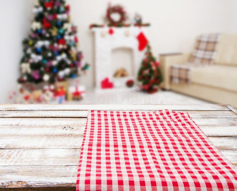 Tovaglia rossa a quadretti sulla tavola di legno sull'interno di festa, sul nuovo anno e sul concetto vaghi di natale, tovaglie fotografia stock libera da diritti