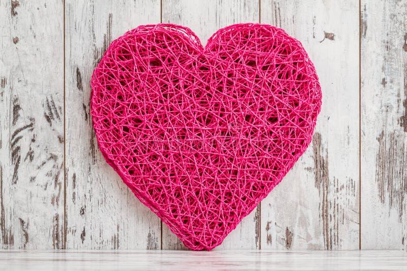 Tovaglietta rosa stile americana a forma di del cuore su fondo bianco immagini stock libere da diritti
