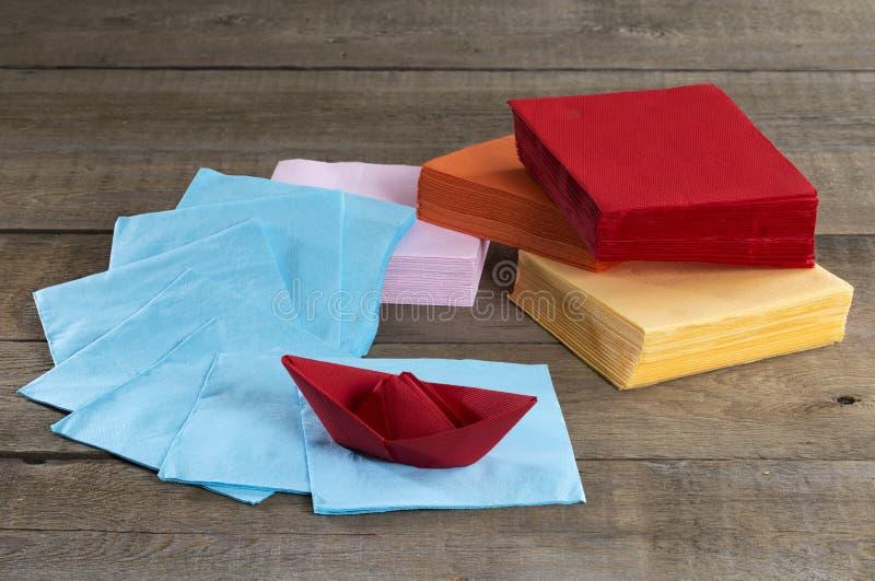 Tovaglioli di carta e barca di carta immagini stock libere da diritti