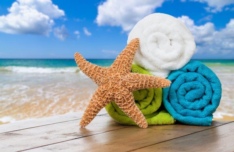 Tovaglioli di spiaggia di estate fotografia stock libera da diritti